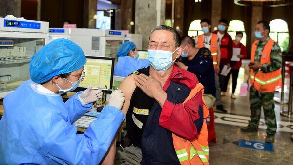 Công nhân Trung Quốc tiêm phòng vắc xin chống coronavirus. - Sputnik Việt Nam