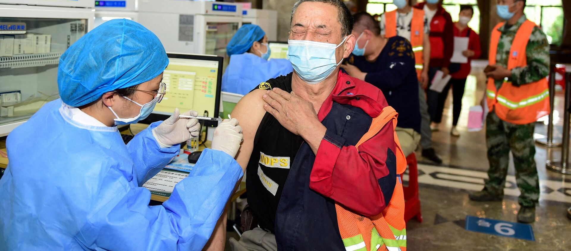 Công nhân Trung Quốc tiêm phòng vắc xin chống coronavirus. - Sputnik Việt Nam, 1920, 18.07.2021