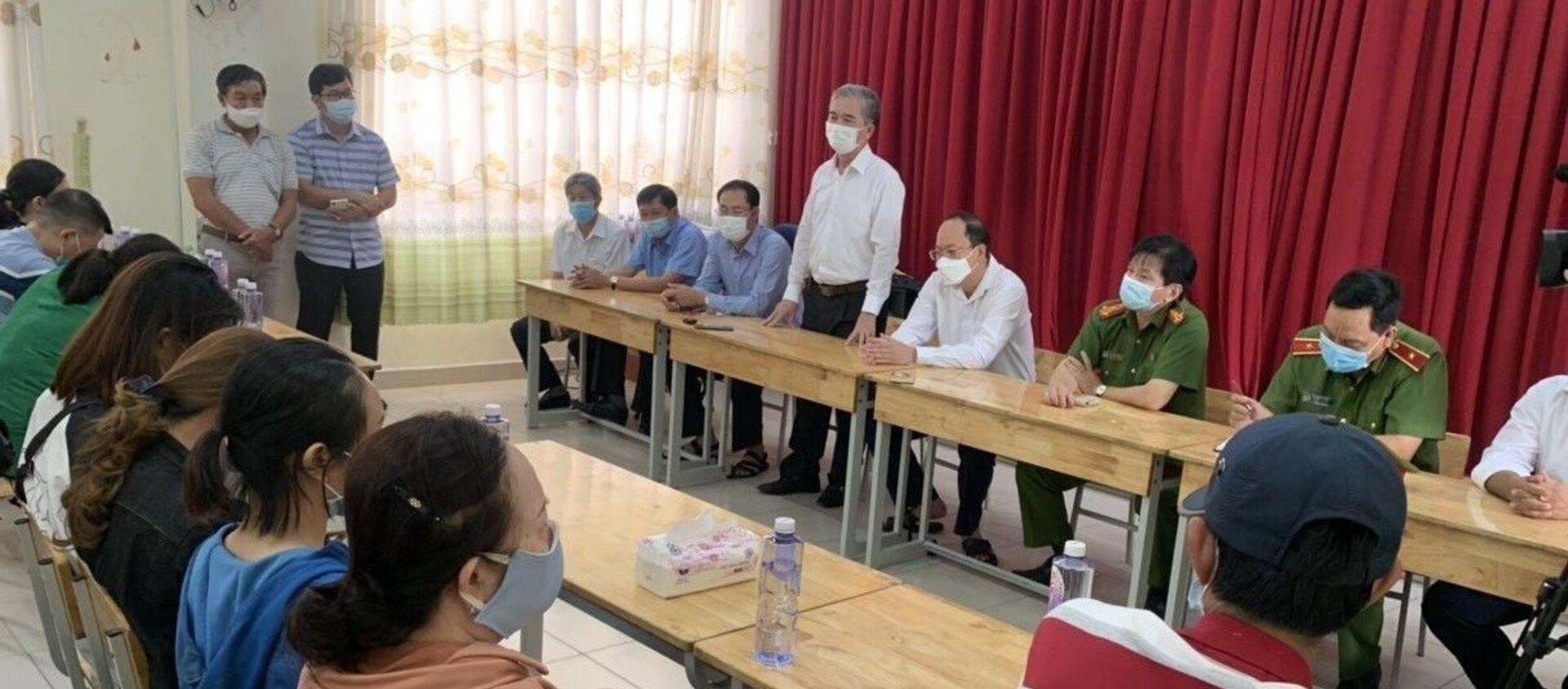 Lãnh đạo TP. Hồ Chí Minh thăm hỏi người thân các nạn nhân.  - Sputnik Việt Nam, 1920, 08.05.2021