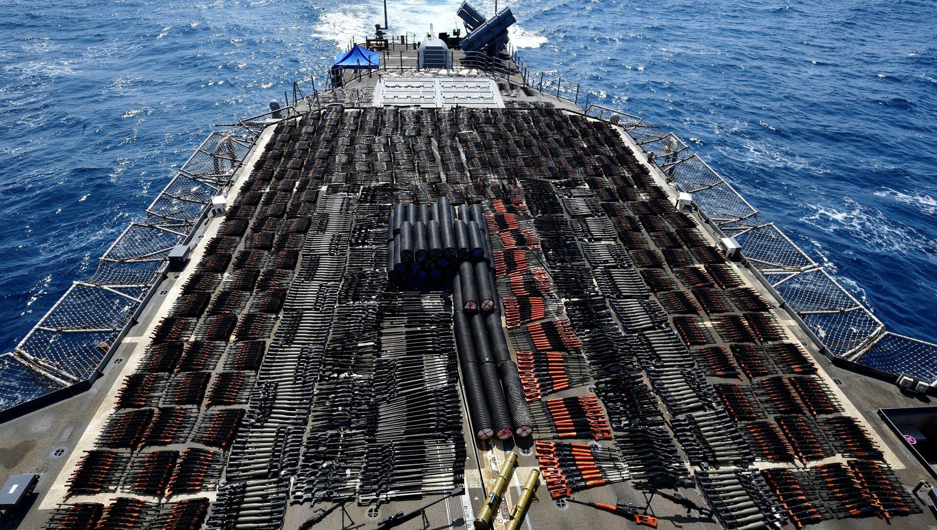 Tuần dương hạm Monterey của Mỹ bắt giữ lô hàng vũ khí do Nga và Trung Quốc sản xuất từ một con tàu không mang dấu hiệu nhận biết - Sputnik Việt Nam, 1920, 09.05.2021