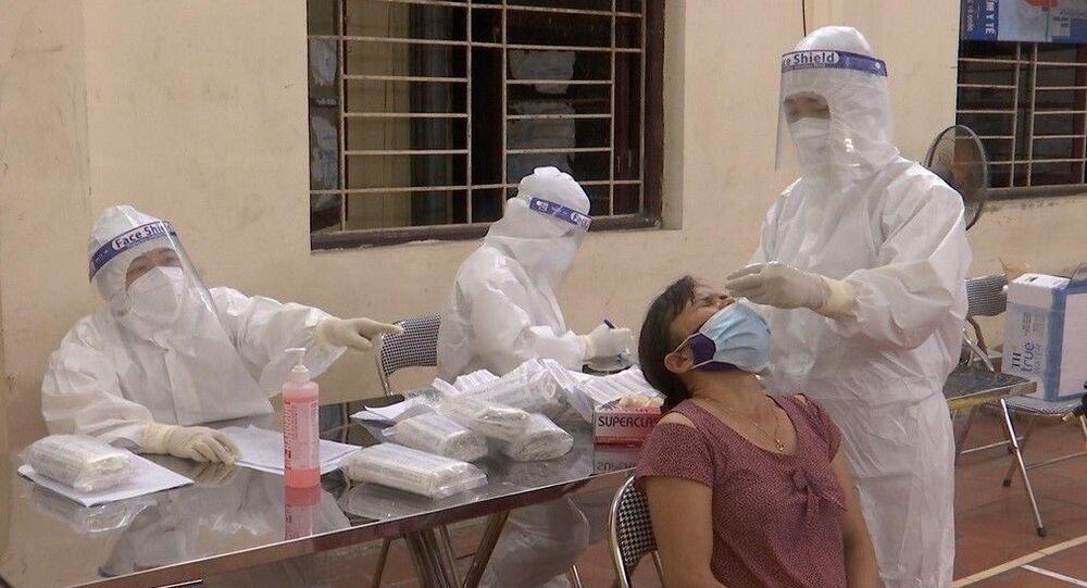 Lấy mẫu xét nghiệm SARS-CoV-2 cho người dân xã Mão Điền, huyện Thuận Thành