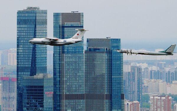 Máy bay tiếp dầu Il-78 và máy bay ném bom chiến lược Tu-95MS bay qua trung tâm thương mại Moscow-City - Sputnik Việt Nam