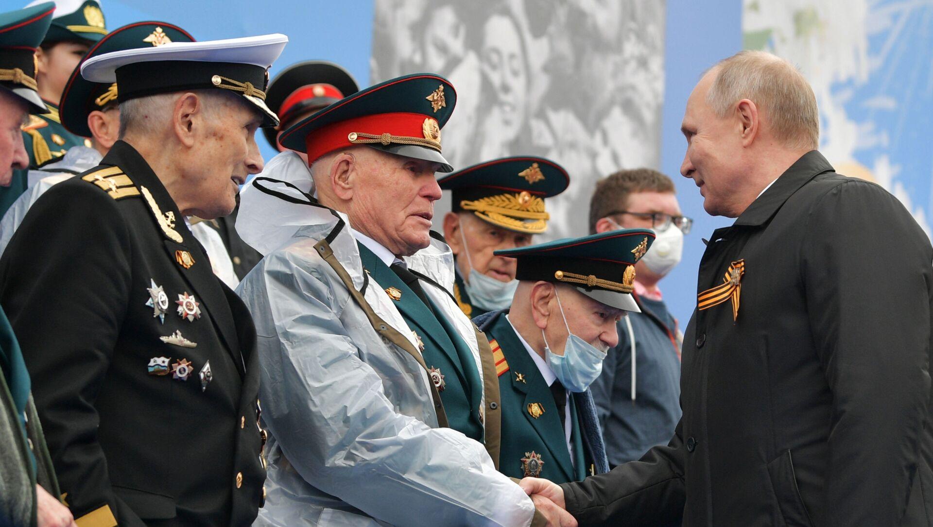 Tổng thống Nga Vladimir Putin và các cựu chiến binh trước khi bắt đầu cuộc diễu binh kỷ niệm 76 năm Chiến thắng trong Chiến tranh Vệ quốc vĩ đại 1941-1945 trên Quảng trường Đỏ ở Moskva - Sputnik Việt Nam, 1920, 12.05.2021