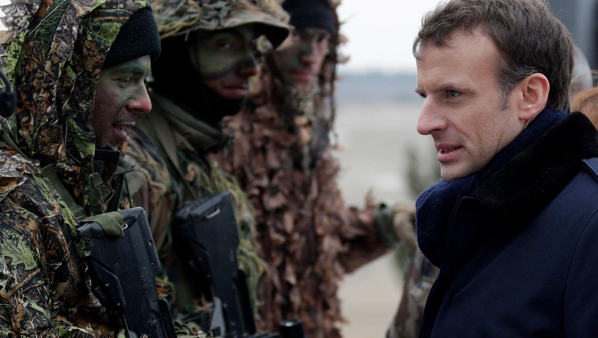 Tổng thống Pháp Emmanuel Macron trong một cuộc tập trận của quân đội Pháp tại một trại quân sự gần Reims - Sputnik Việt Nam, 1920, 11.05.2021