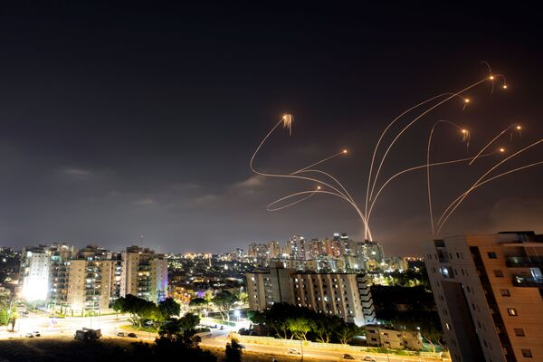 Hệ thống phòng thủ chống tên lửa «Vòm Sắt» của Israel đánh chặn tên lửa phóng từ Dải Gaza về phía Israel - Sputnik Việt Nam