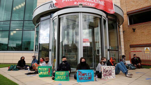 Các nhà hoạt động bên ngoài văn phòng công ty dược phẩm AstraZeneca ở Cambridge - Sputnik Việt Nam