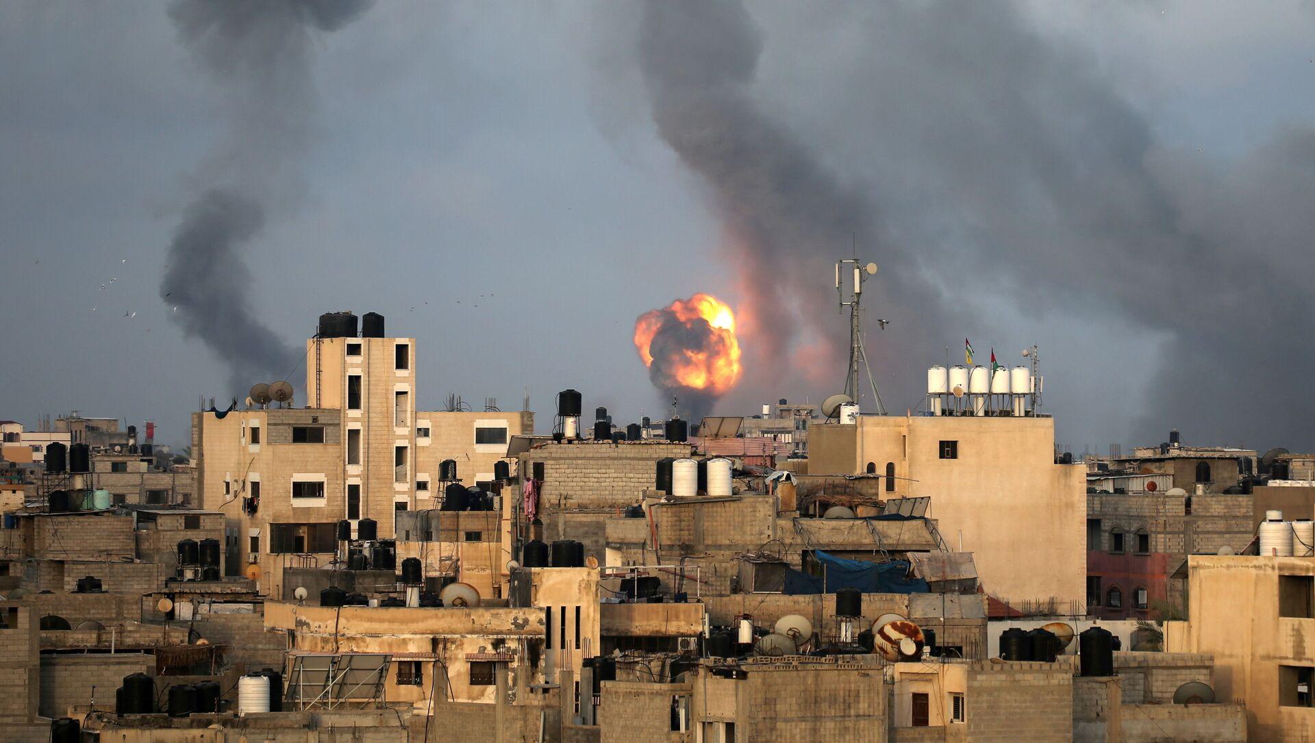 Khói cuộn lên do các cuộc không kích của Israel ở phía nam Dải Gaza. - Sputnik Việt Nam, 1920, 14.05.2021