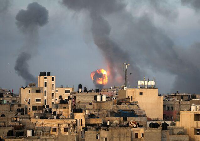 Khói cuộn lên do các cuộc không kích của Israel ở phía nam Dải Gaza.