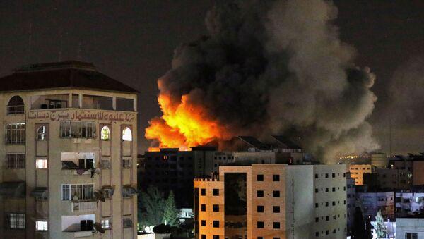 Khói từ cuộc không kích của Israel vào thành phố Gaza. - Sputnik Việt Nam