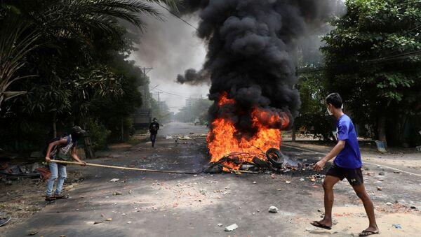 Những người tham gia biểu tình phản đối cuộc đảo chính quân sự ở Myanmar ở Yangon. - Sputnik Việt Nam