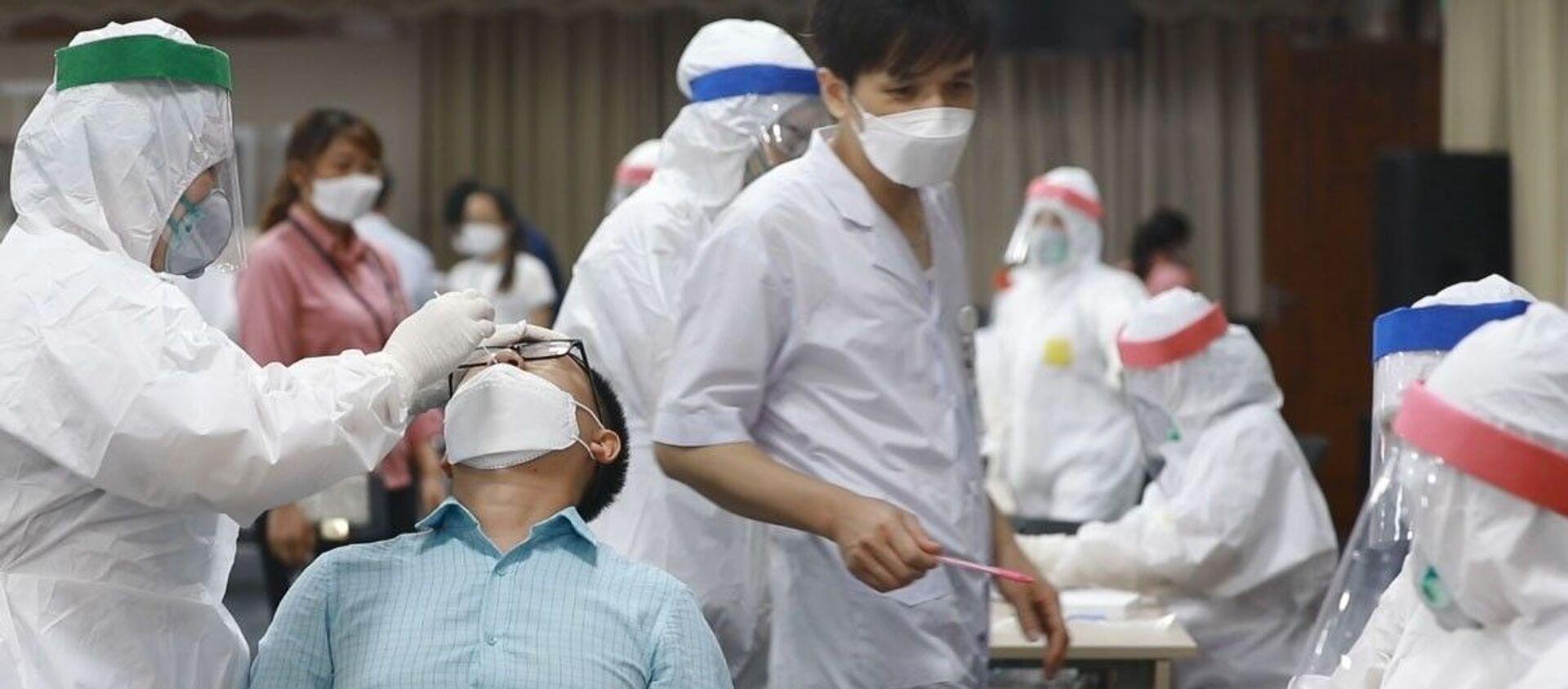 Lực lượng y tế lấy mẫu, xét nghiệm cho công nhân Công ty TNHH Samsung Electronics Việt Nam. - Sputnik Việt Nam, 1920, 12.05.2021