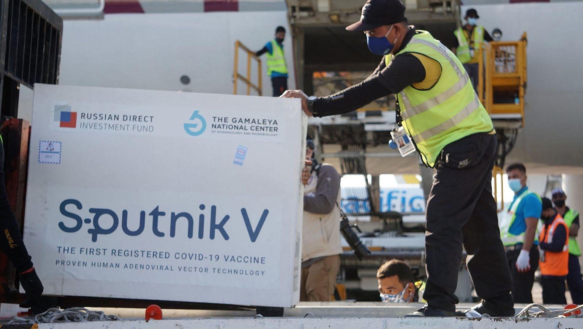 Công nhân sân bay quốc tế Manila bốc dỡ lô vaccine ngừa coronavirus Sputnik V do Nga sản xuất. - Sputnik Việt Nam, 1920, 12.05.2021