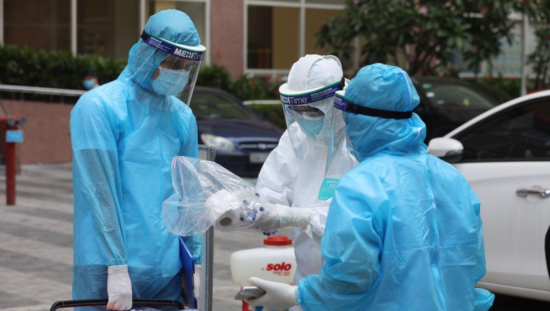 Lực lượng y tế quận Hà Đông đã có mặt ngay sáng 13/5 tiến hành các biện pháp phòng chống dịch khẩn cấp. - Sputnik Việt Nam, 1920, 25.05.2021