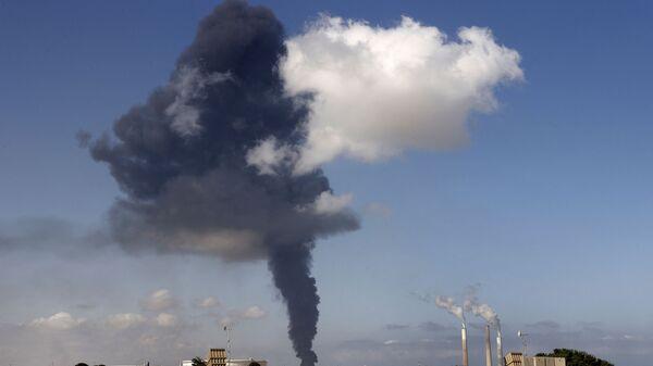 Khói bốc lên trong một đám cháy dữ dội tại một nhà kho hóa dầu bị trúng tên lửa của Hamas ở thành phố Ashkelon  - Sputnik Việt Nam