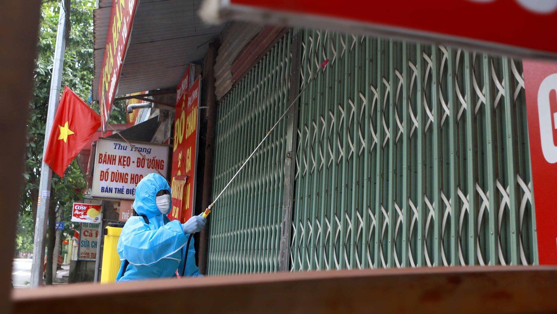 Phun tiêu độc khử trùng nhà của một số trường hợp nhiễm COVID-19 tại phường Hùng Vương, thành phố Phúc Yên - Sputnik Việt Nam, 1920, 20.05.2021