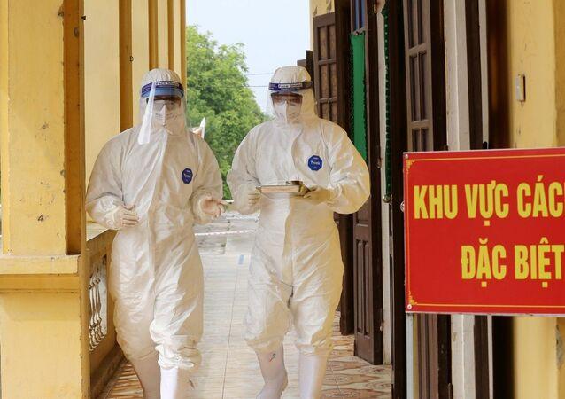 Các bác sĩ Bệnh viện dã chiến điều trị cho bệnh nhân mắc COVID-19 trên địa bàn tỉnh Phú Thọ