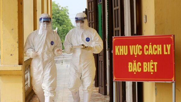 Các bác sĩ Bệnh viện dã chiến điều trị cho bệnh nhân mắc COVID-19 trên địa bàn tỉnh Phú Thọ - Sputnik Việt Nam