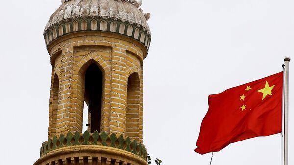 Cờ Trung Quốc trên một tòa tháp ở Kashgar, Khu tự trị Tân Cương, Trung Quốc - Sputnik Việt Nam