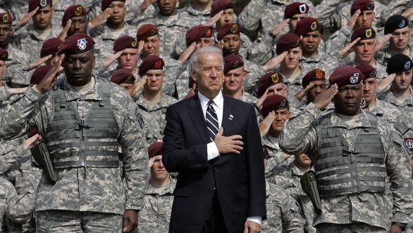 Phó Tổng thống Joe Biden hát quốc ca với các quân nhân trở về từ Iraq - Sputnik Việt Nam