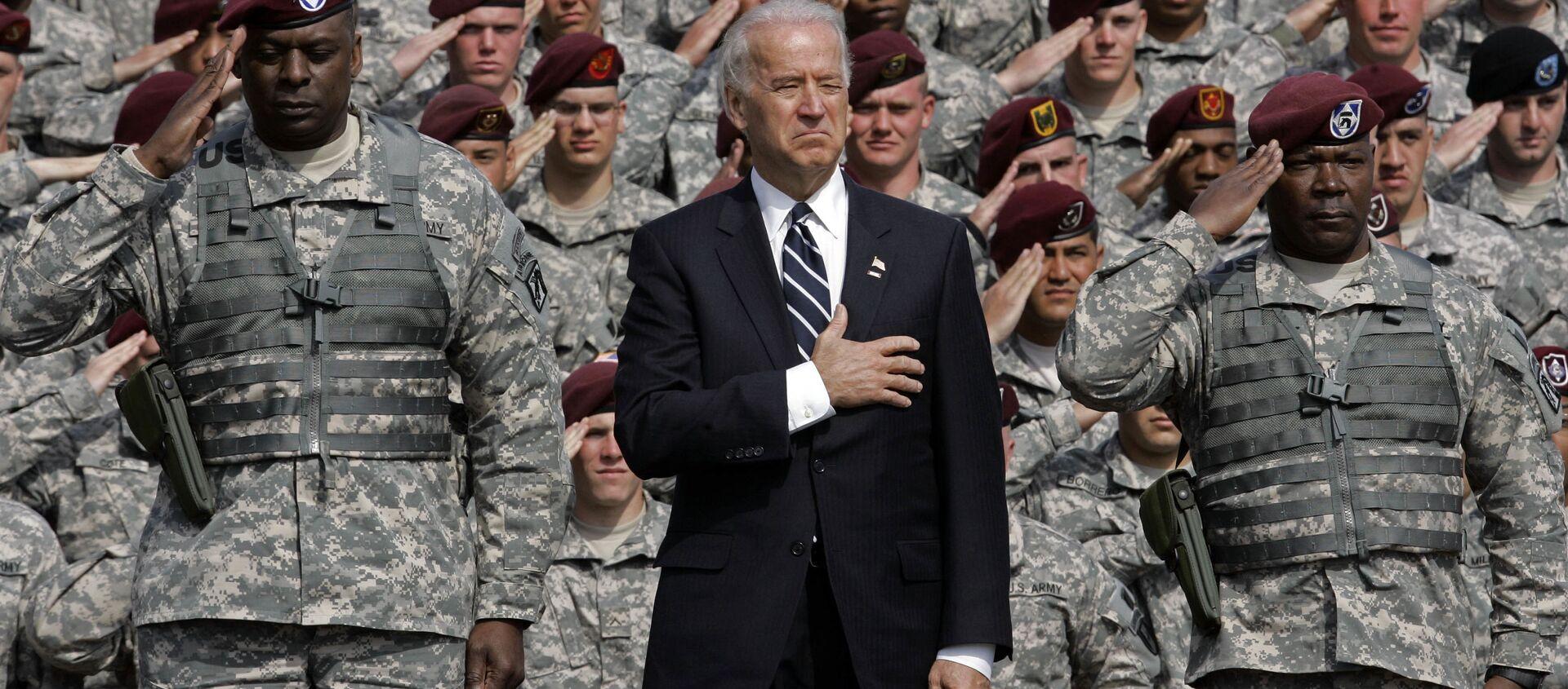 Phó Tổng thống Joe Biden hát quốc ca với các quân nhân trở về từ Iraq - Sputnik Việt Nam, 1920, 14.05.2021