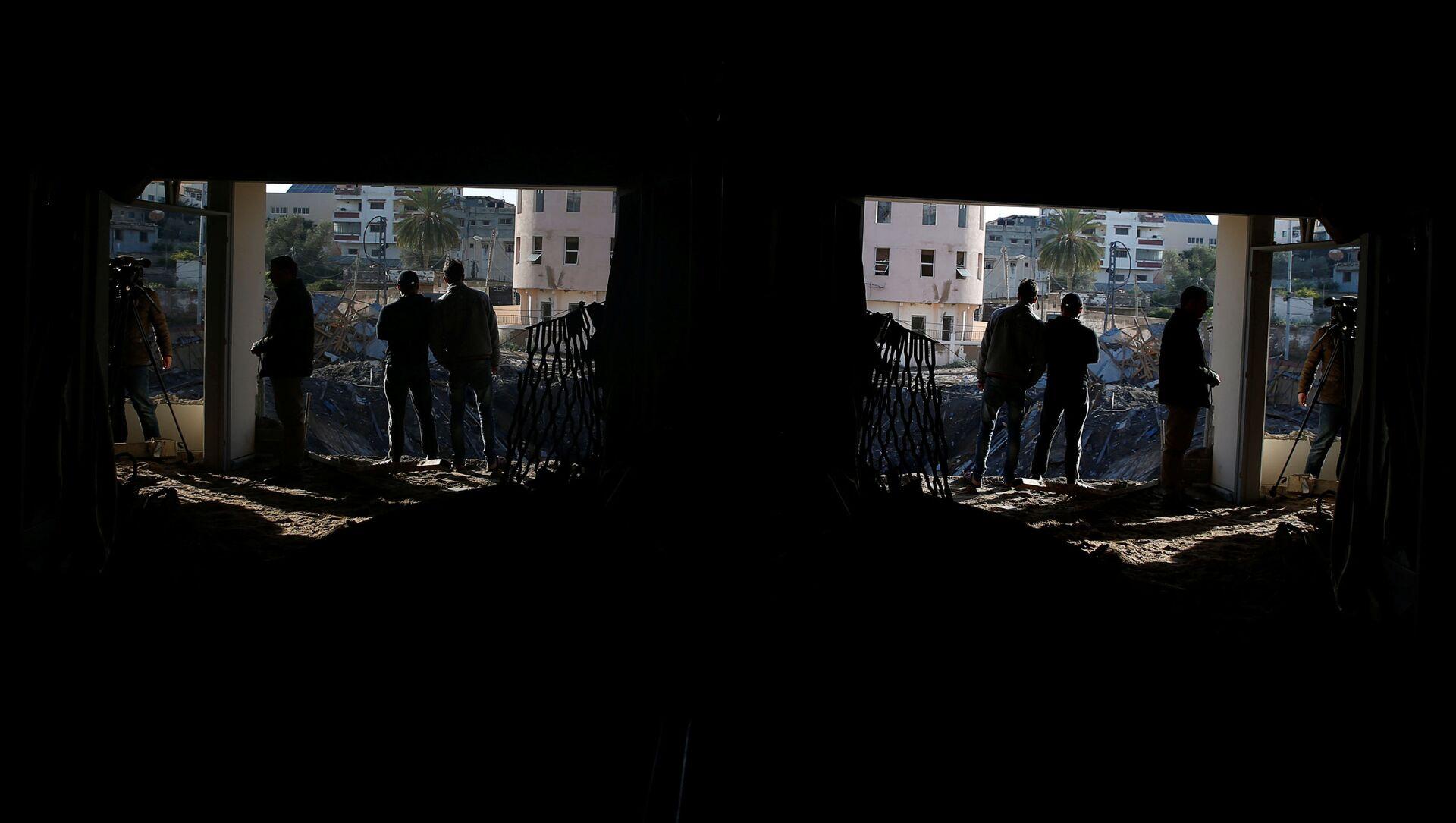 Người Palestine bên ngoài văn phòng của người đứng đầu Hamas Ismail Haniya ở thành phố Gaza, bị phá hủy bởi một cuộc không kích của Israel - Sputnik Việt Nam, 1920, 15.05.2021