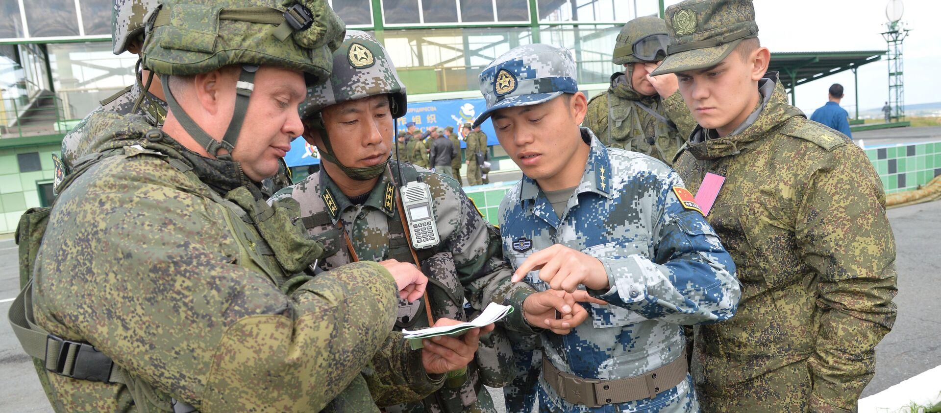 Các quân nhân của CHND Trung Hoa và Nga tham gia cuộc tập trận chỉ huy và tham mưu quân sự chống khủng bố của lực lượng vũ trang các nước thành viên SCO Sứ mệnh hòa bình - 2018 tại bãi tập ở Chebarkul - Sputnik Việt Nam, 1920, 15.05.2021
