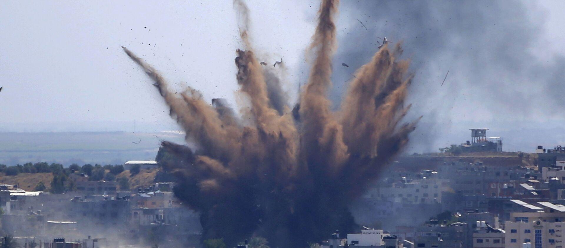 Khói bốc lên sau cuộc không kích của Israel vào một tòa nhà ở Thành phố Gaza, Thứ Năm, ngày 13 tháng 5 năm 2021 - Sputnik Việt Nam, 1920, 15.05.2021