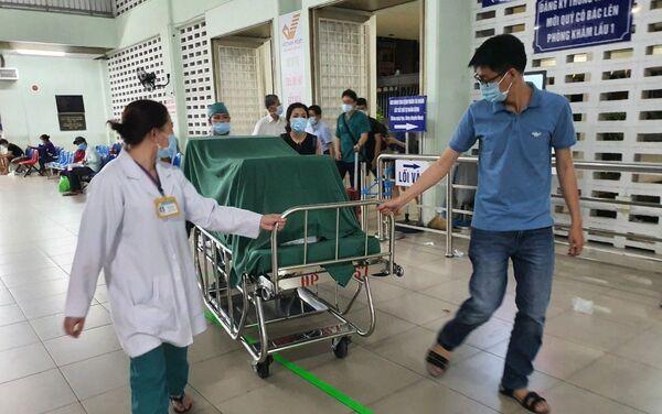 Tạng hiến tặng được đoàn hộ tống đưa về tới Bệnh viện Chợ Rẫy rạng sáng ngày 17/5/2021 - Sputnik Việt Nam