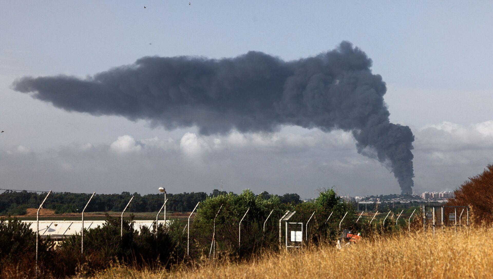 Cột khói dày cuồn cuộn ở Dải Gaza sau cuộc không kích của Israel - Sputnik Việt Nam, 1920, 17.05.2021
