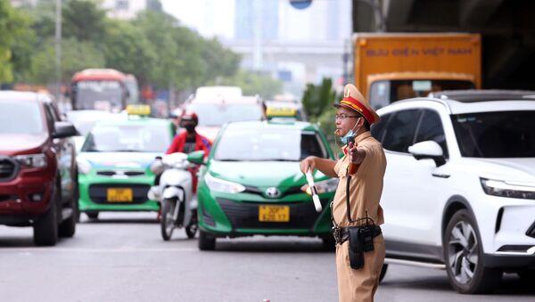 Lực lượng CSGT số 6 Công an TP Hà Nội chủ động phân luồng và điều tiết giao thông tại khu vực Bến xe Mỹ Đình. - Sputnik Việt Nam