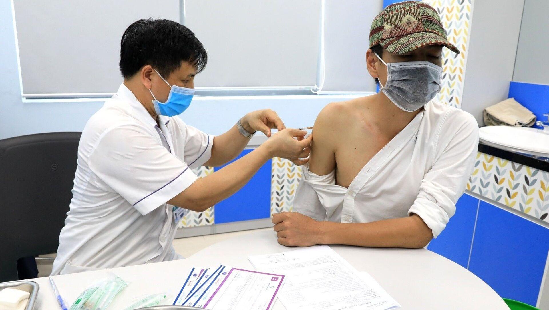 Nhân viên y tế Bệnh viện Bạch Mai tiêm vaccine cho các phóng viên trên địa bàn Hà Nội. - Sputnik Việt Nam, 1920, 02.06.2021