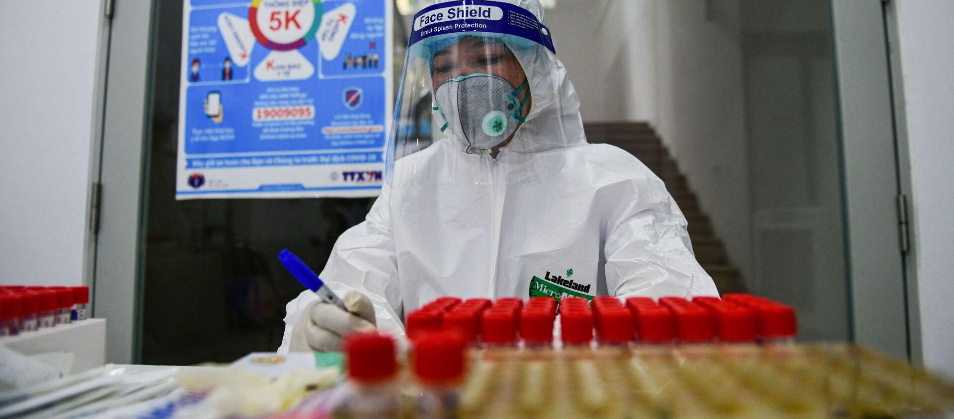 Nhân viên y tế Việt Nam làm xét nghiệm về coronavirus. - Sputnik Việt Nam, 1920, 19.05.2021
