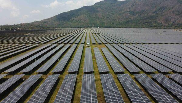 """Cánh đồng pin"""" năng lượng mặt trời dưới chân Núi Cấm của Nhà máy điện mặt trời Sao Mai-An Giang - Sputnik Việt Nam"""