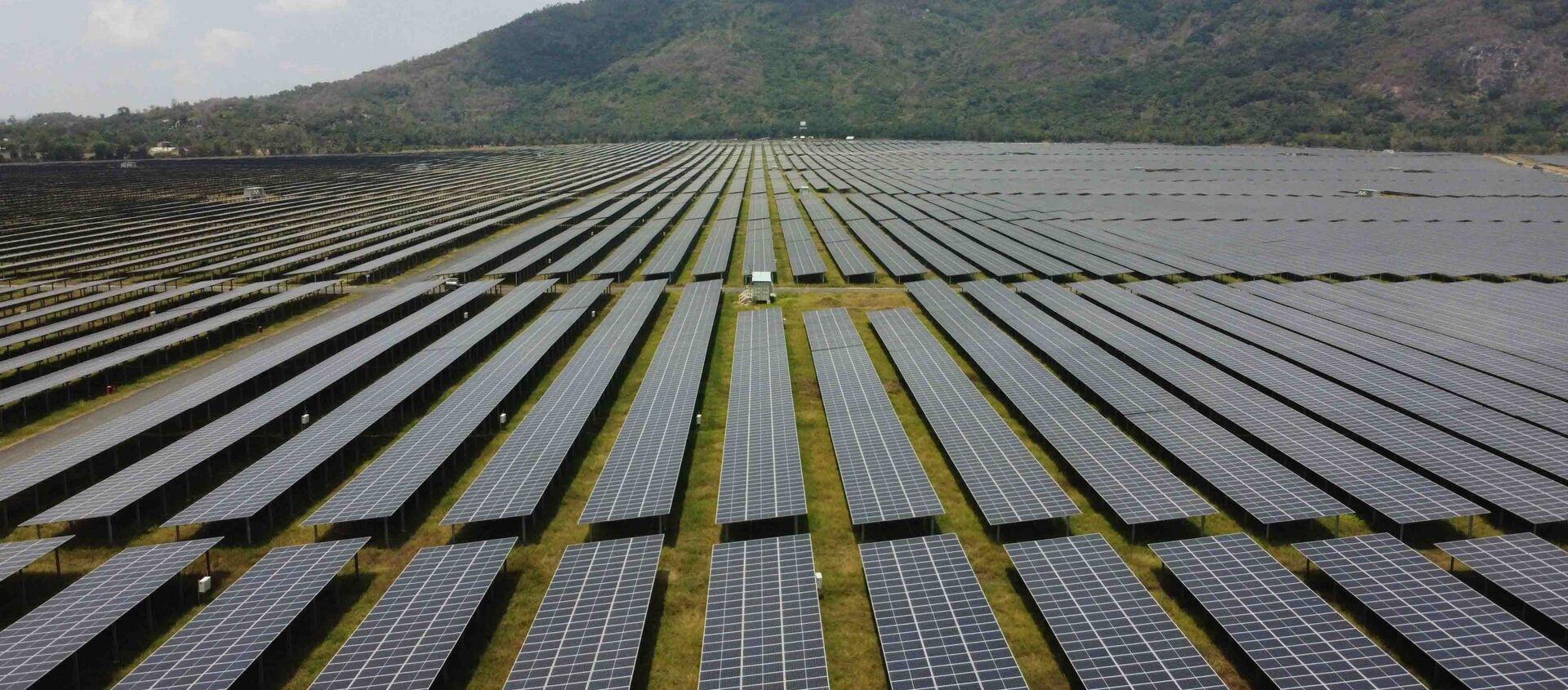 """Cánh đồng pin"""" năng lượng mặt trời dưới chân Núi Cấm của Nhà máy điện mặt trời Sao Mai-An Giang - Sputnik Việt Nam, 1920, 19.05.2021"""