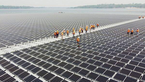 Pin năng lượng Mặt Trời trên mặt hồ trữ nước đập thủy điện Sirindhorn, tỉnh Ubon Ratchathani, Thái Lan - Sputnik Việt Nam