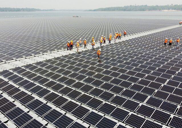 Pin năng lượng Mặt Trời trên mặt hồ trữ nước đập thủy điện Sirindhorn, tỉnh Ubon Ratchathani, Thái Lan
