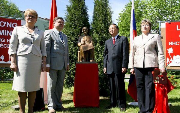 Tượng đài vị lãnh tụ Việt Nam tại Viện Hồ Chí Minh ở Saint-Peterburg - Sputnik Việt Nam