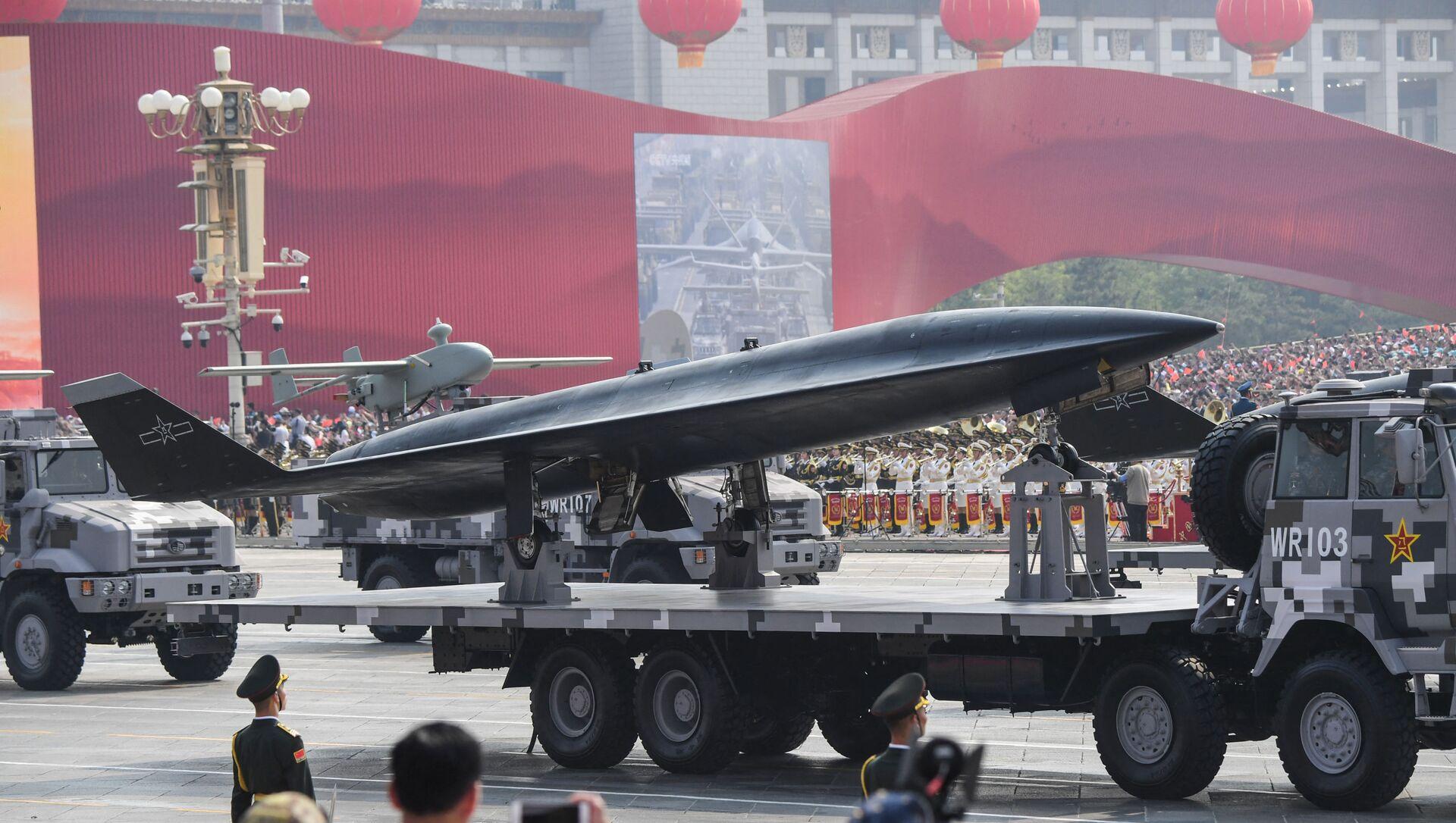 Xe quân sự chở máy bay không người lái trinh sát siêu thanh WZ-8 tham gia lễ duyệt binh trên Quảng trường Thiên An Môn ở Bắc Kinh - Sputnik Việt Nam, 1920, 01.07.2021