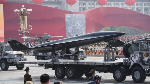 Xe quân sự chở máy bay không người lái trinh sát siêu thanh WZ-8 tham gia lễ duyệt binh trên Quảng trường Thiên An Môn ở Bắc Kinh - Sputnik Việt Nam