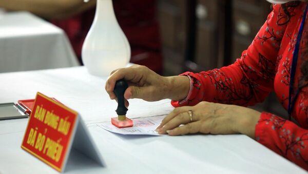 Đóng dấu xác nhận cử tri đã đi bầu cử. - Sputnik Việt Nam