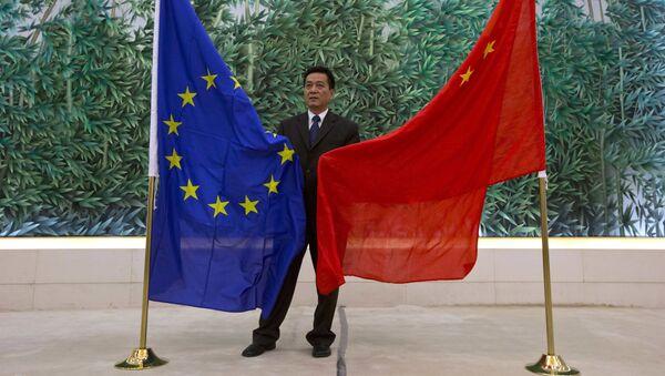 Cờ của EU và Trung Quốc ở Bắc Kinh - Sputnik Việt Nam
