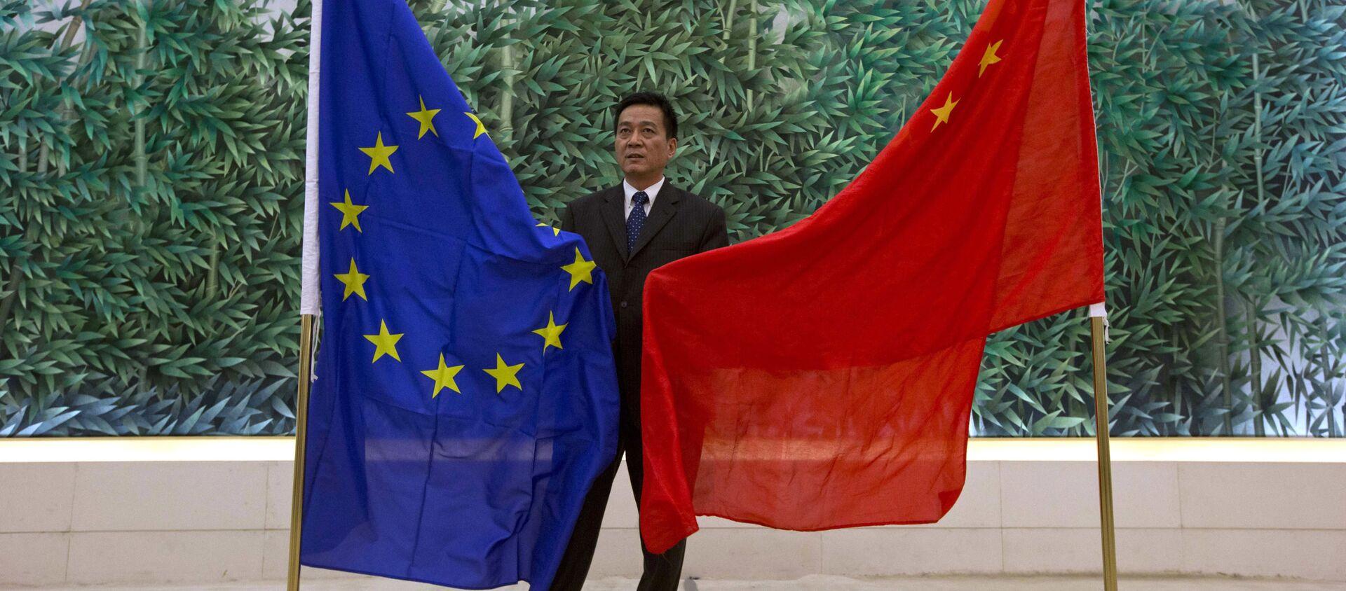 Cờ của EU và Trung Quốc ở Bắc Kinh - Sputnik Việt Nam, 1920, 20.05.2021