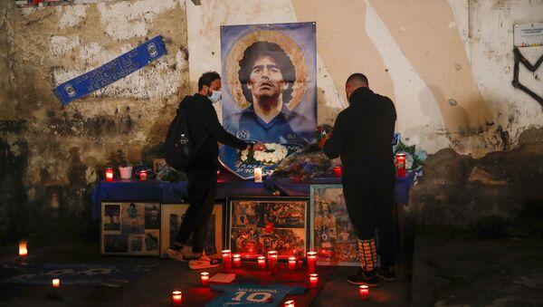 Mọi người thắp nến tưởng nhớ huyền thoại bóng đá Diego Maradona tại Quartieri Spagnoli ở Naples - Sputnik Việt Nam