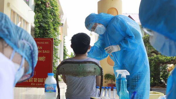 Kĩ thuật viên Trung tâm y tế Phúc Yên lấy mẫu xét nghiệm. - Sputnik Việt Nam
