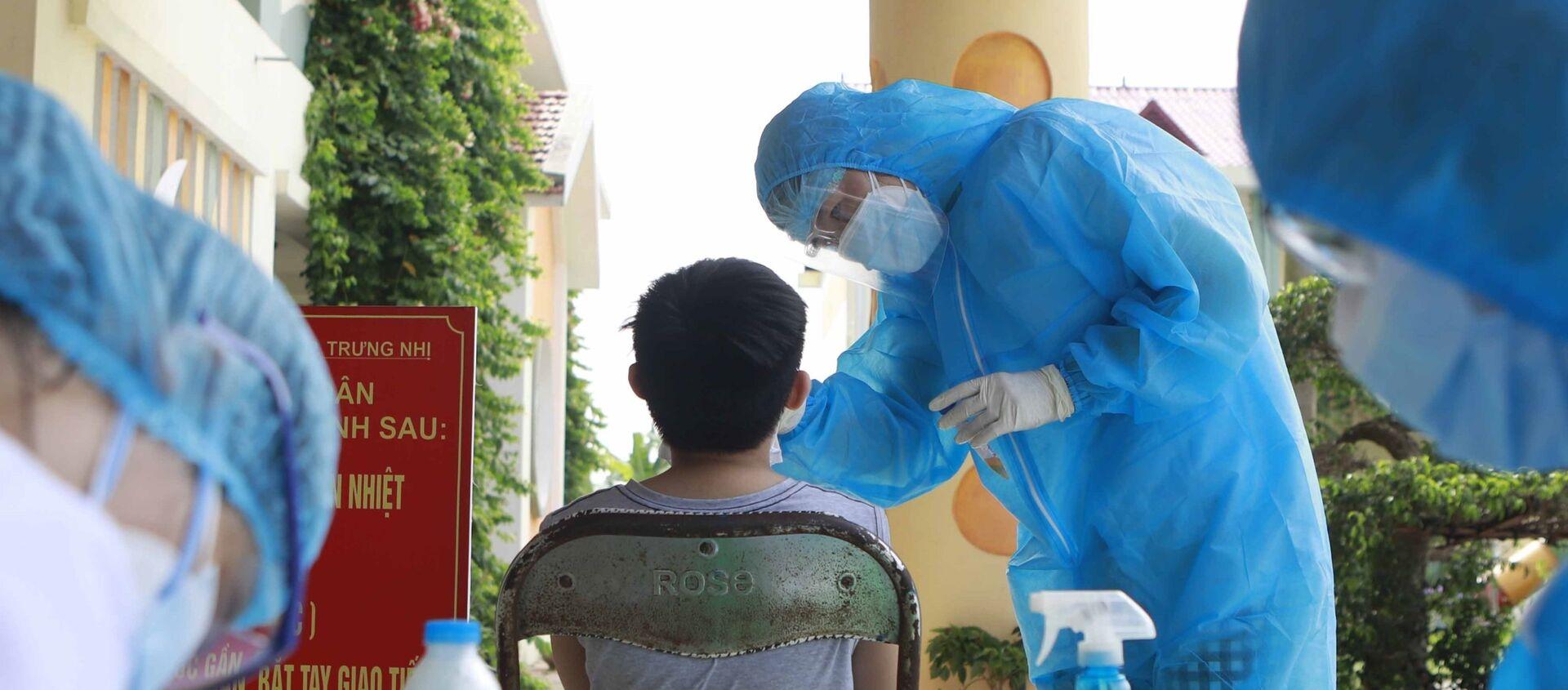 Kĩ thuật viên Trung tâm y tế Phúc Yên lấy mẫu xét nghiệm. - Sputnik Việt Nam, 1920, 20.05.2021