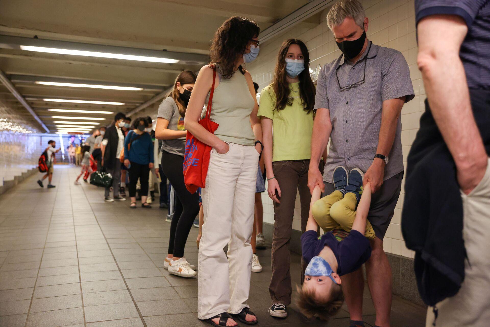 """""""Hãy cứu lấy linh hồn của mình"""" -  Tại sao người Mỹ sợ vắc-xin, Gates và 5G? - Sputnik Việt Nam, 1920, 22.05.2021"""