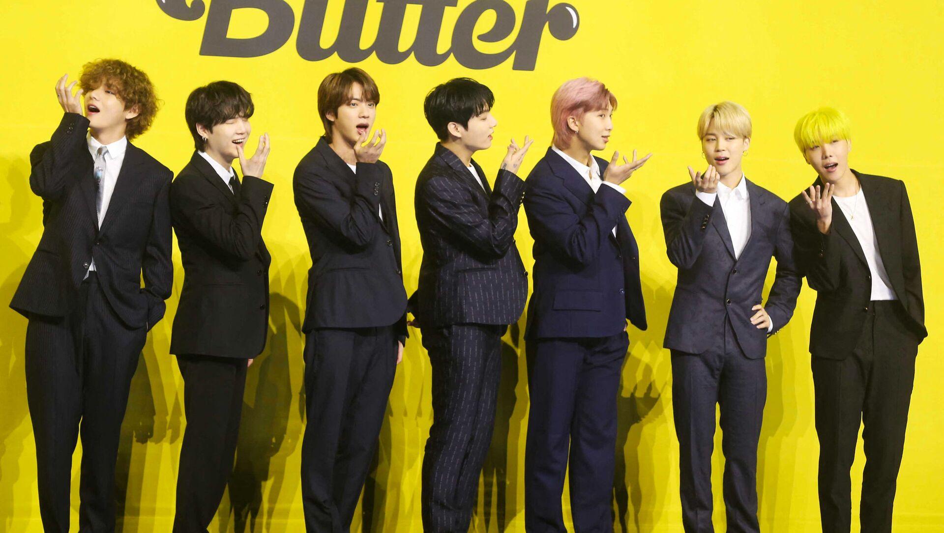 """Các thành viên ban nhạc Hàn Quốc BTS trong buổi họp báo ra mắt MV mới """"Butter"""". - Sputnik Việt Nam, 1920, 21.05.2021"""