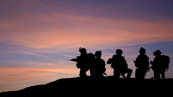 Bóng những người lính trên nền trời lúc hoàng hôn. - Sputnik Việt Nam