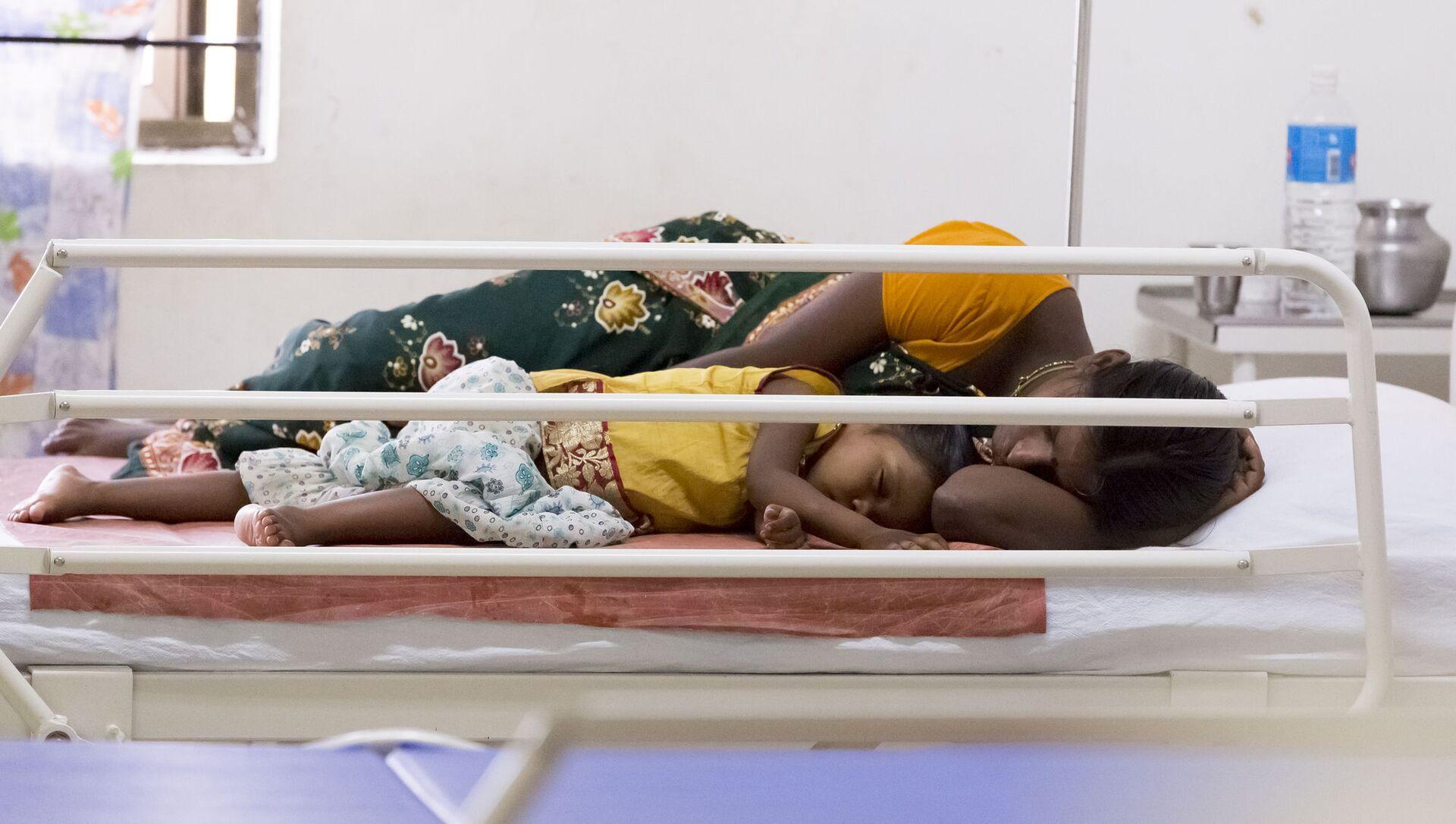 Người phụ nữ Ấn Độ và đứa con trong bệnh viện. - Sputnik Việt Nam, 1920, 21.05.2021