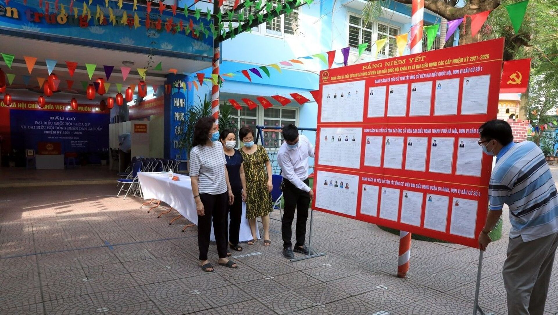 Công tác chuẩn bị được hoàn tất tại khu vực bỏ phiếu số 4 phường Giảng Võ, quận Ba Đình. - Sputnik Việt Nam, 1920, 22.05.2021